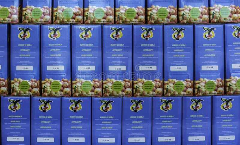 盒马莱娜苹果汁在南蒂罗尔市场上 马莱娜,1995年出生,是一个第一和苹果cou多数名牌  库存照片
