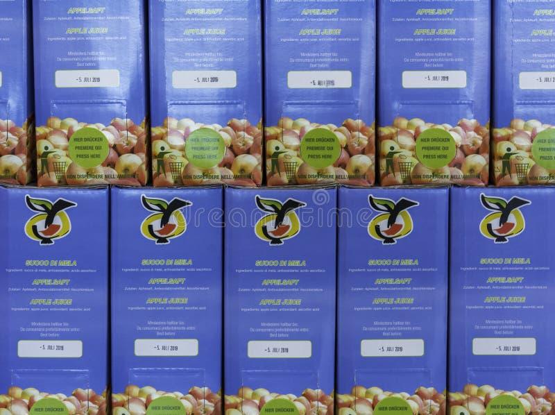 盒马莱娜苹果汁在南蒂罗尔市场上 马莱娜,1995年出生,是一个第一和苹果cou多数名牌  免版税库存图片