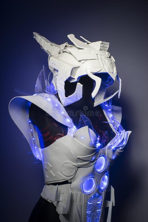 盔甲、利用仿生学的装甲有蓝色LED光的和塑料材料 库存照片
