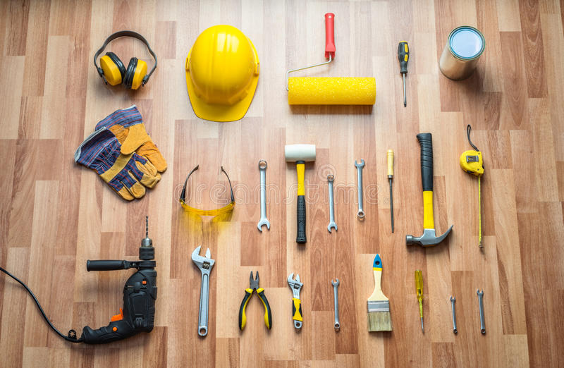 盔甲、钻子、锤子、工作手套和建筑工具 图库摄影