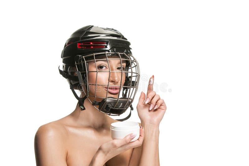 盔甲和面具的女性曲棍球运动员 免版税库存图片