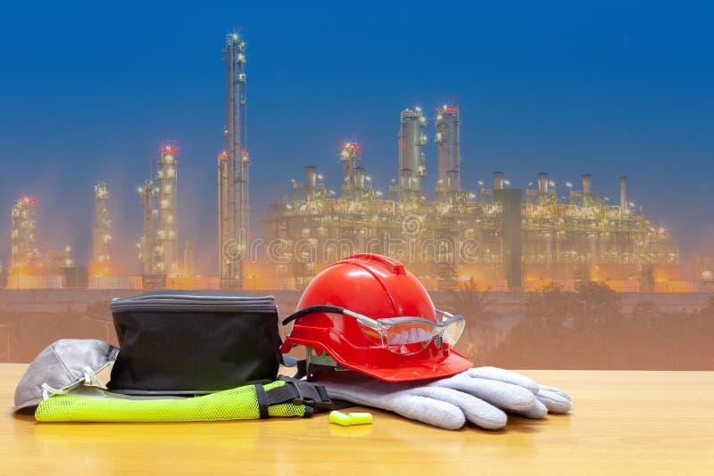 盔甲在产业站点和石油化学的炼油厂植物,站点工作者背景安全第一概念中 库存图片