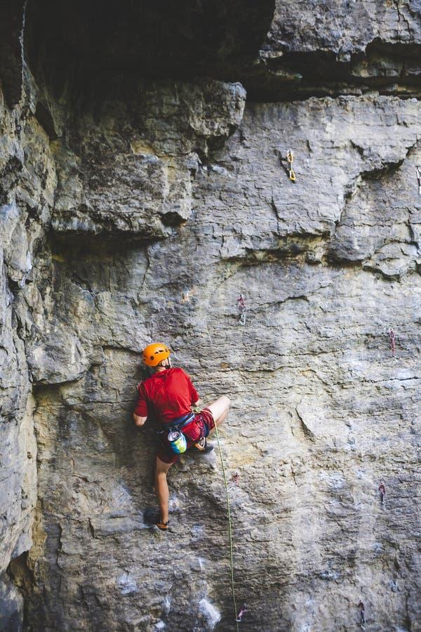 盔甲的一个人攀登岩石 免版税库存图片