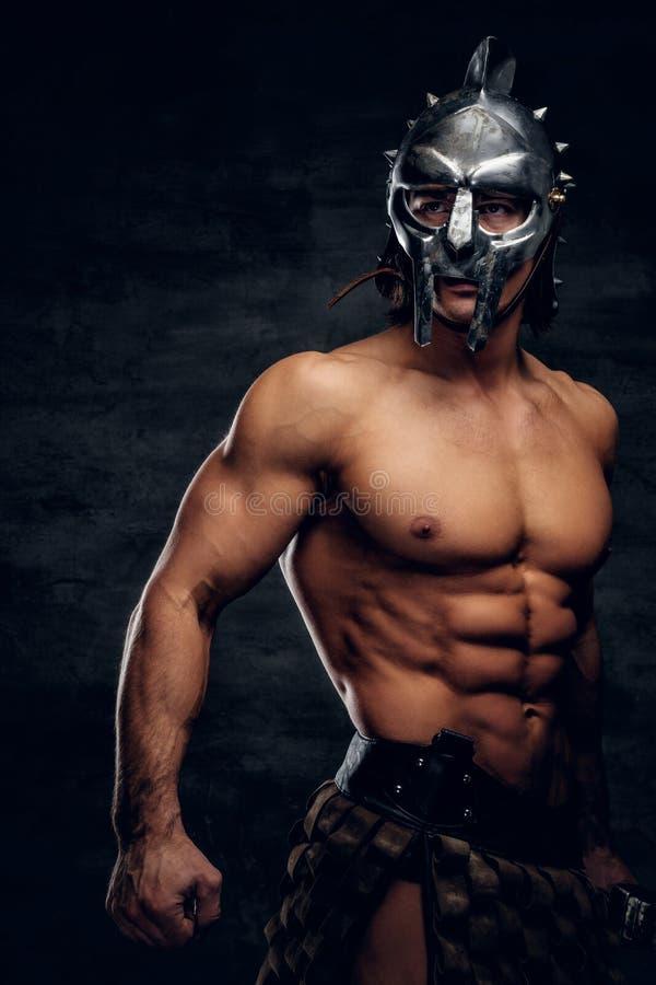 盔甲的坚强的赤裸上身的争论者显示他的muscules 免版税库存照片