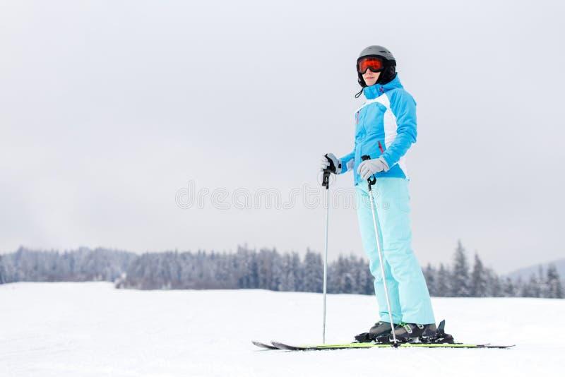 盔甲的年轻女人在山的倾斜 免版税库存图片