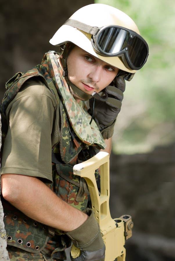 盔甲的战士联系通过耳机 库存图片