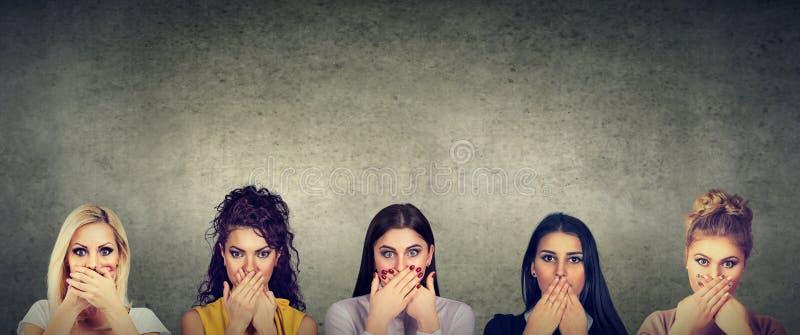 盖他们的嘴的小组妇女害怕对恶习和家庭暴力毫无保留地说出  免版税图库摄影