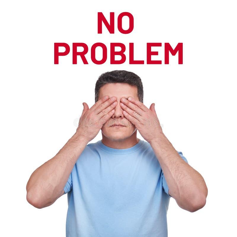 盖他的眼睛的蓝色T恤杉的人两只手和发短信给问题 免版税库存照片