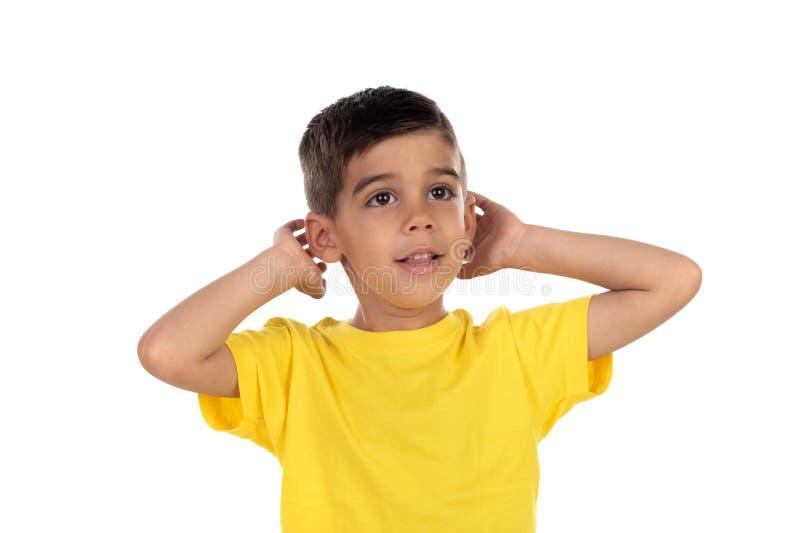 盖他的耳朵的小孩子 免版税库存照片