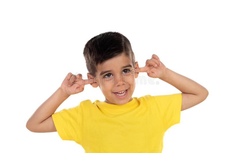 盖他的耳朵的小孩子 图库摄影