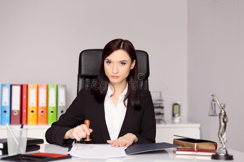 盖印公证员行动的深色的妇女公证人 库存照片