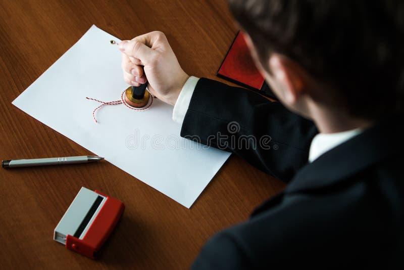 盖印文件的公证员 图库摄影