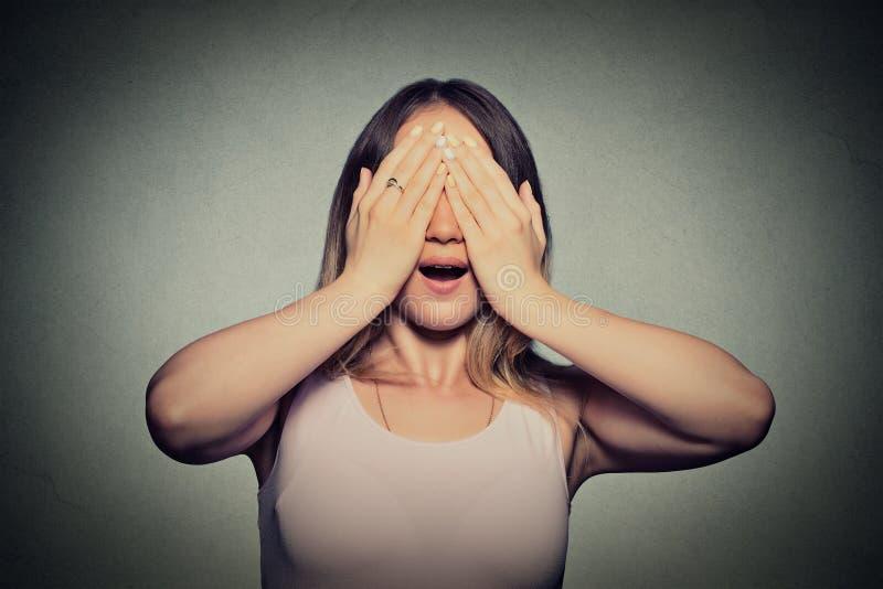 盖她的眼睛的少妇用手没看见 库存图片