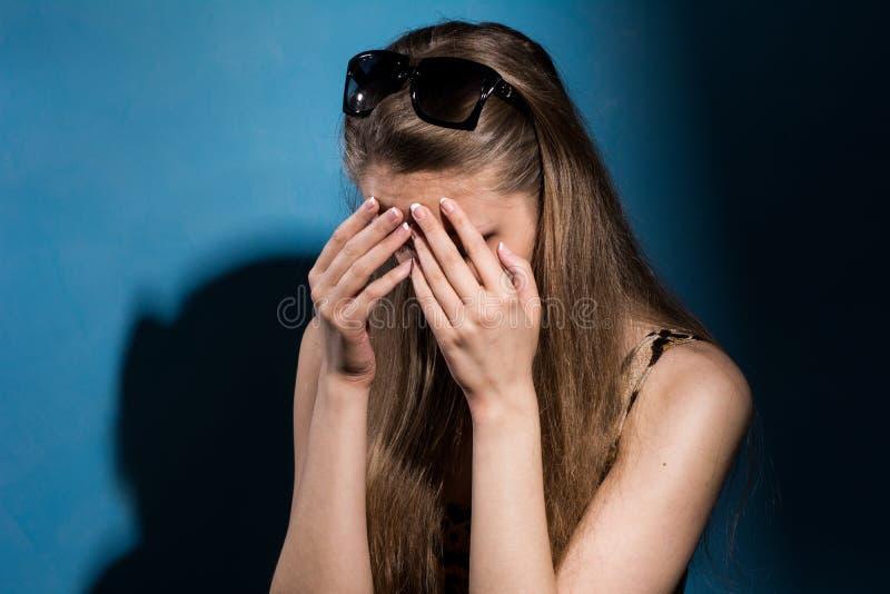 盖她的面孔的哀伤的妇女用手 库存图片