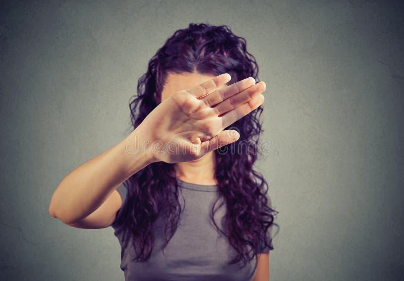 盖她的面孔的懊恼妇女用手 免版税图库摄影