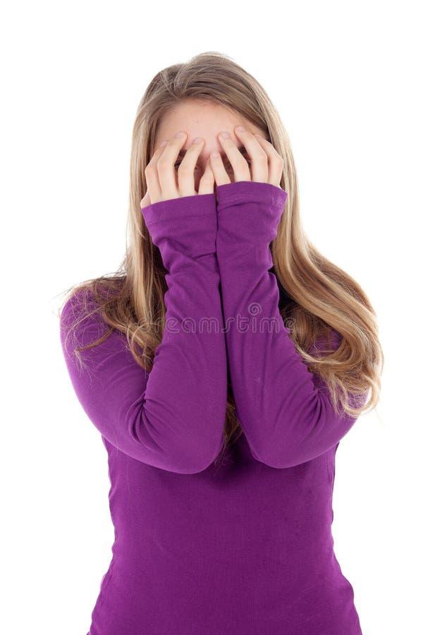 盖她的面孔的担心的女孩 免版税库存照片