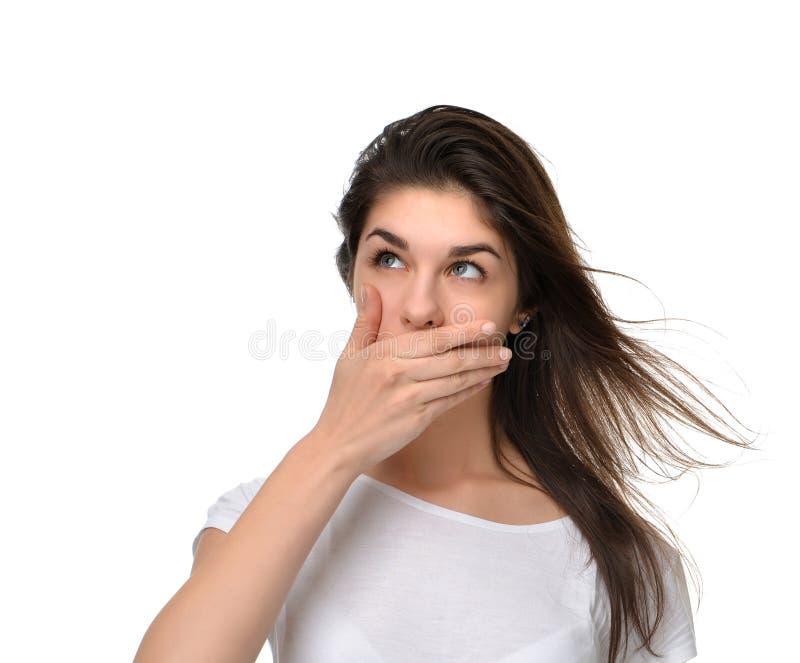 盖她的嘴的美丽的少妇用手 库存照片