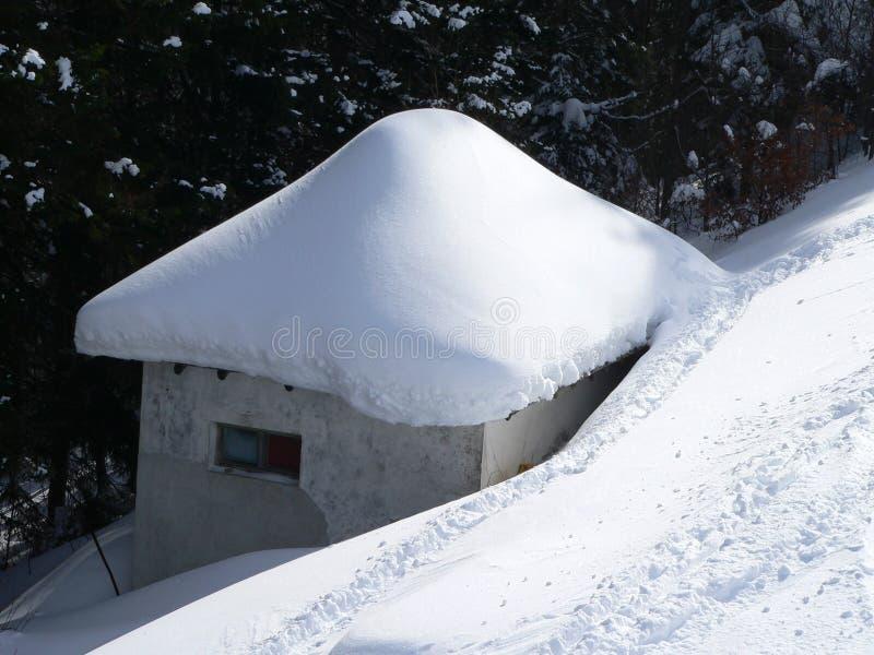 盖子房子少许雪 库存照片