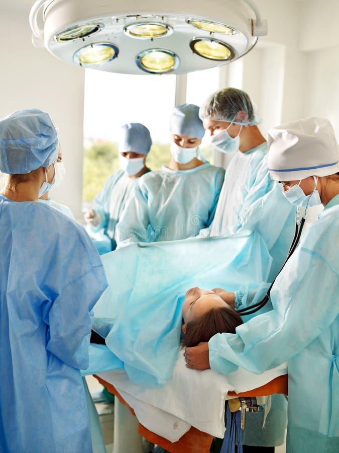 盖尼式床手术室妇女 图库摄影