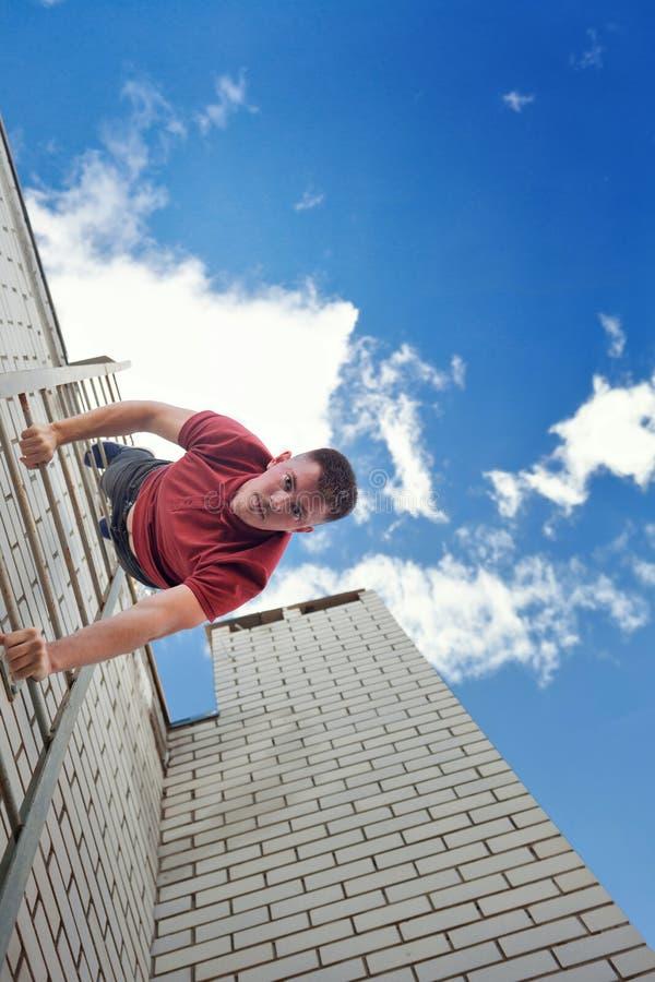 盖屋顶的人下降台阶屋顶 免版税库存照片