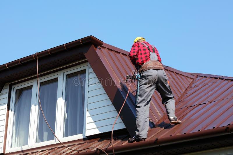 盖屋顶的人屋顶的建造者工作者 免版税库存照片