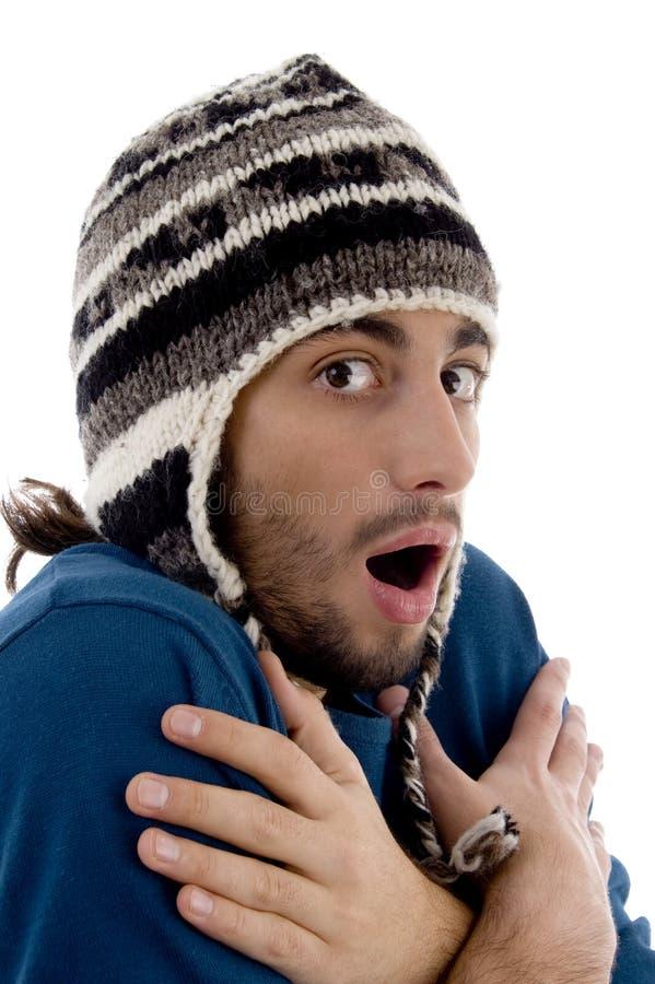盖帽冷人发抖的聪明的冬天年轻人 图库摄影