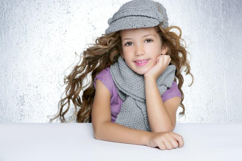 盖帽方式女孩litle围巾冬天羊毛 库存图片