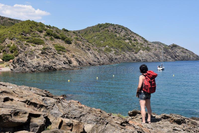 盖帽的在La Taballera海滩的de Creus,肋前缘妇女 免版税图库摄影