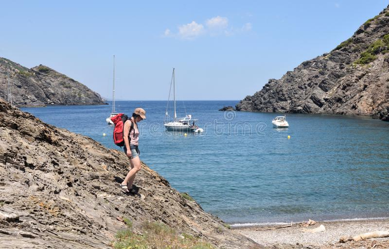 盖帽的在La Taballera海滩的de Creus,肋前缘妇女 免版税库存照片