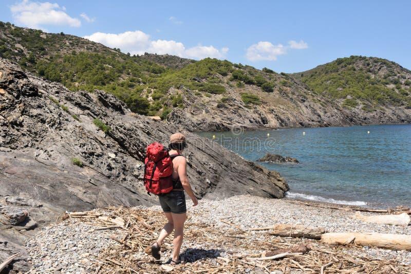 盖帽的在La Taballera海滩的de Creus,肋前缘远足者妇女 图库摄影