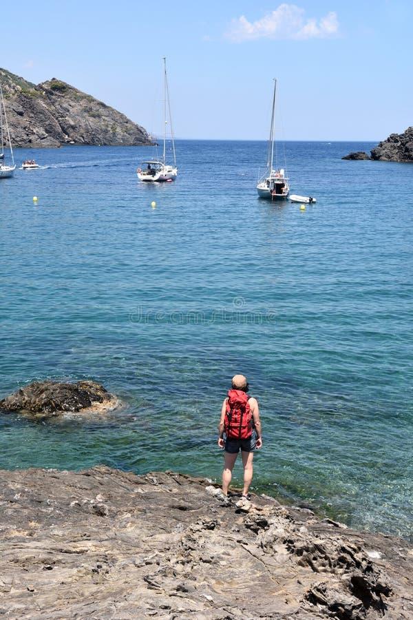 盖帽的在La Taballera海滩的de Creus,肋前缘远足者妇女 免版税库存图片