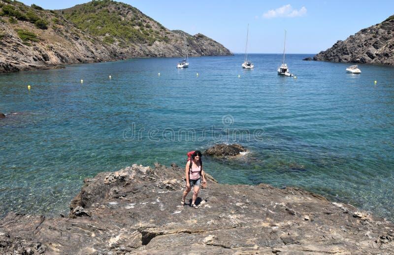 盖帽的在La Taballera海滩的de Creus,肋前缘远足者妇女 库存图片