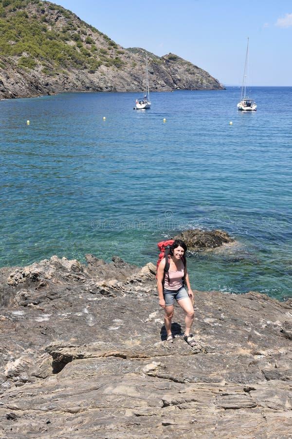 盖帽的在La Taballera海滩的de Creus,肋前缘Brava,希罗纳省,卡塔龙尼亚Iker妇女, 免版税库存图片