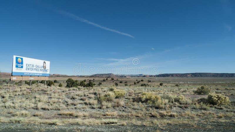 盖洛普,新墨西哥舒适旅馆广告牌在沙漠 免版税库存照片