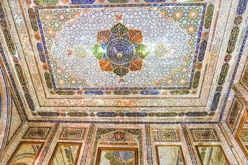 盖瓦姆议院或Narenjestan e盖瓦姆,与镜子瓦片工作的闪烁的精采内部 库存照片