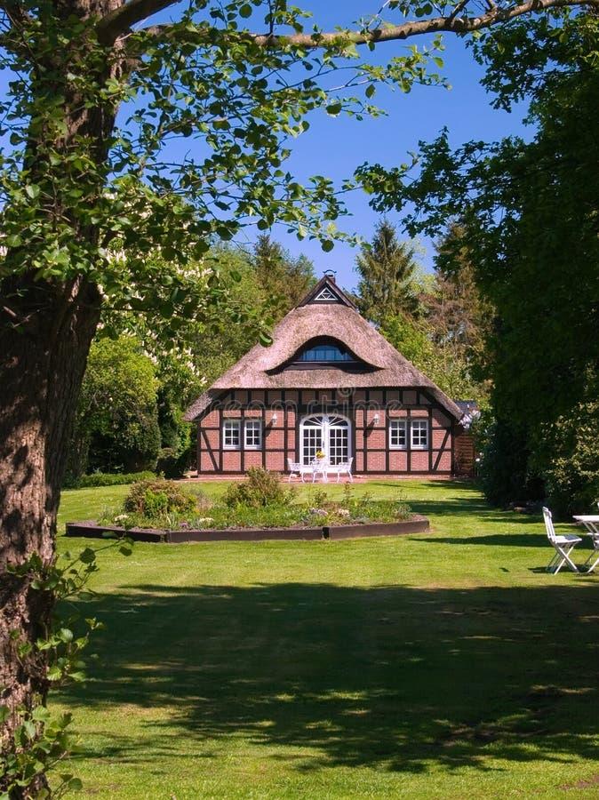 盖的房子屋顶 免版税库存照片