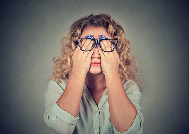 盖面孔的玻璃的妇女注视用两只手 库存照片