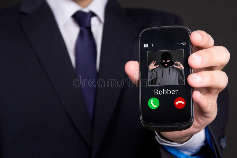 给盗案概念打电话-递拿着巧妙的电话 库存照片