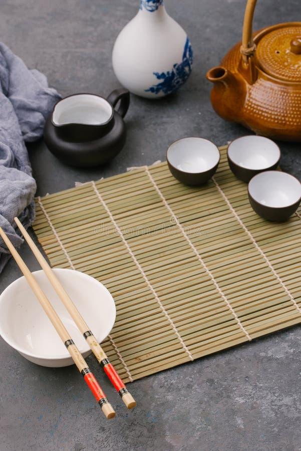 盘倒空 中国或泰国烹调食物背景 亚洲食品成分:酱油,筷子,米粉 免版税库存照片