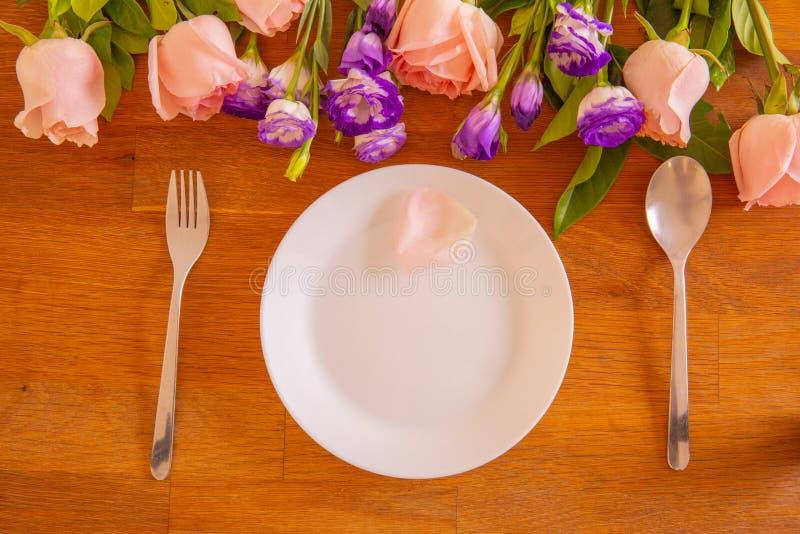 盘和玫瑰在特别日子 免版税库存照片