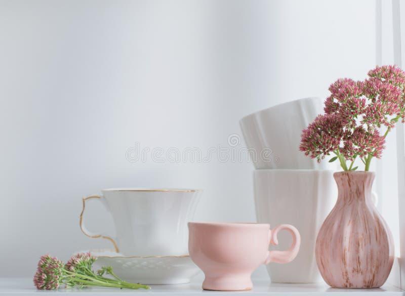 盘和花在木架子 免版税库存图片