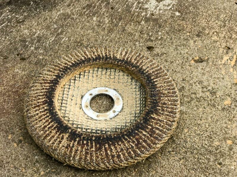 盘圈子为电动工具的磨床使用了残破为研和擦亮从各种各样的材料的表面 免版税库存图片