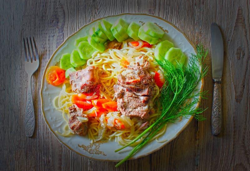 盘家庭肉shpageti菜 库存照片