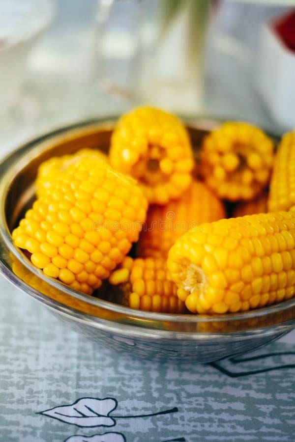 满盘新鲜的甜有机玉米蒸了立即可食 在桌上的准备的煮熟的甜玉米 图库摄影