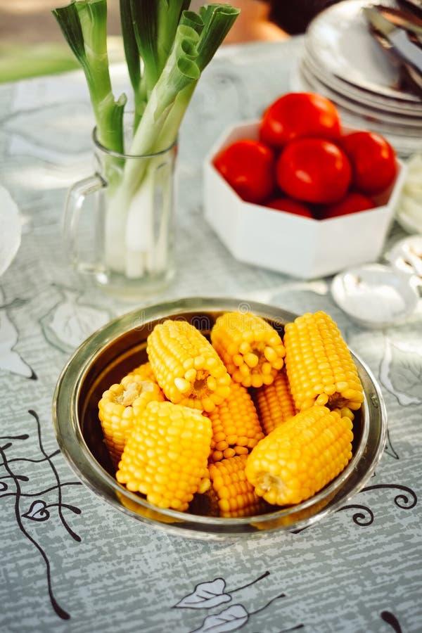 满盘新鲜的甜有机玉米蒸了立即可食 在桌上的准备的煮熟的甜玉米 免版税库存图片