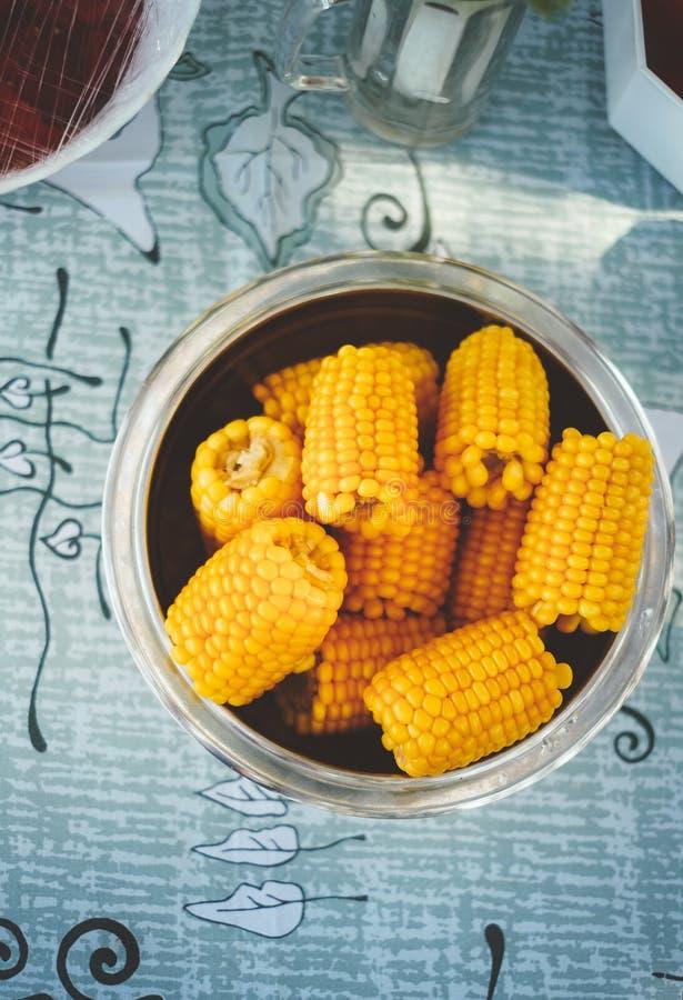 满盘新鲜的甜有机玉米蒸了立即可食 在桌上的准备的煮熟的甜玉米 免版税库存照片