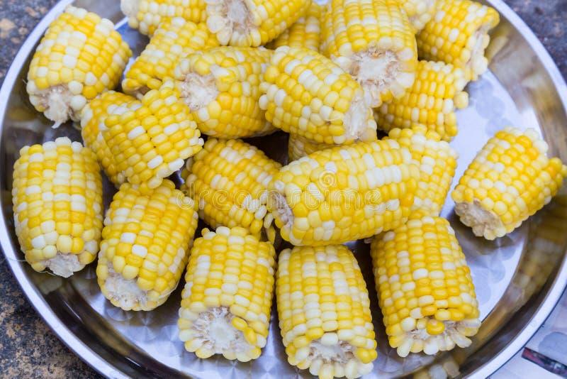 满盘新鲜的甜有机玉米蒸了立即可食 库存照片