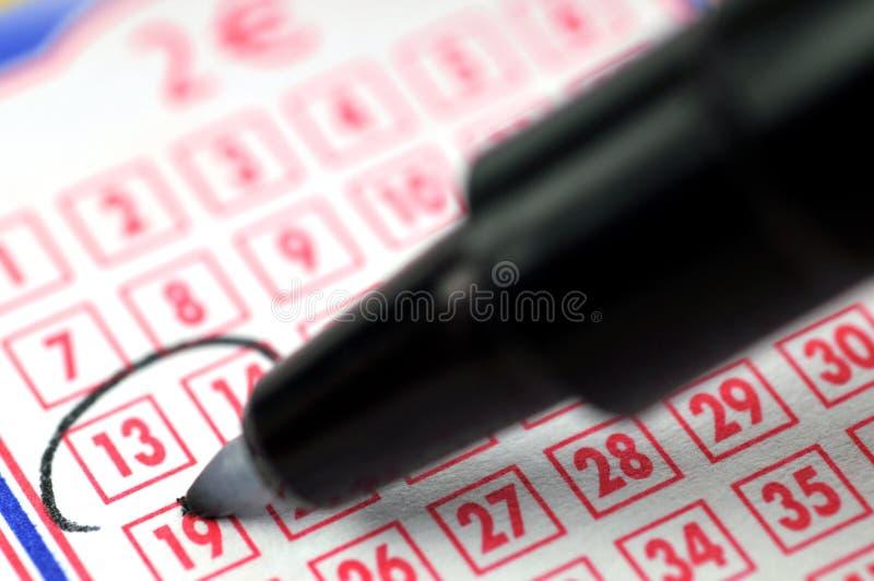 盘旋在乐透纸牌机架的一个数字 免版税库存图片