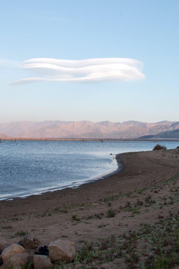 盘旋在加利福尼亚的内华达山山的南部的范围的遭受干旱的湖伊莎贝拉上的双突透镜的云彩 免版税图库摄影