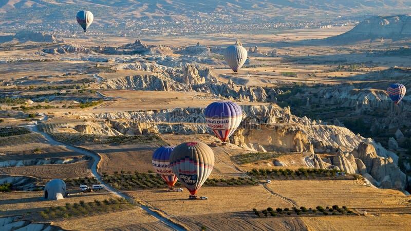 盘旋在火山的谷的热空气气球 生活博物馆,卡帕多细亚,土耳其,秋天 免版税库存照片